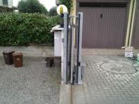 Cancello aperto visibili piantone fotocellule coste di sicurezza